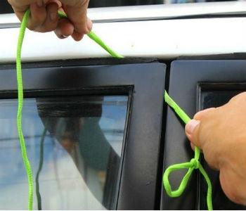 как открыть машину шнурком
