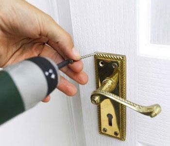 замочный дверной механизм