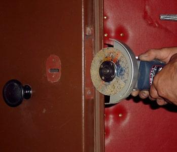 Создание отверстий в двери для врезки замка
