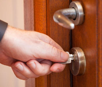 открывание двери ключом